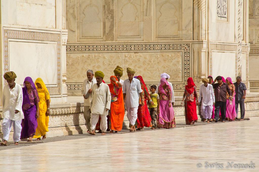 Sehr viele Indische Touristen besichtigen das Taj Mahal