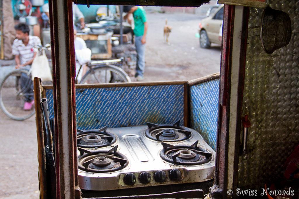 Die winzige Kochnische des Joneys Place Restaurant in Agra