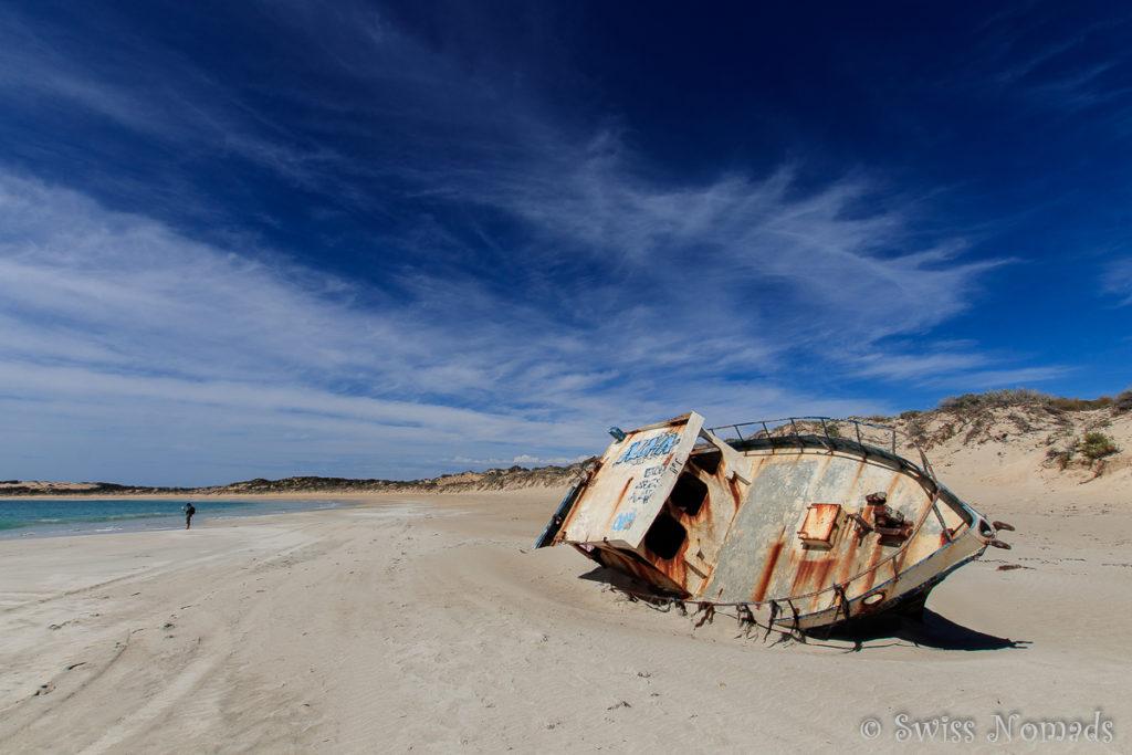 Schiffswrack am Strand der Pandalowie Bay