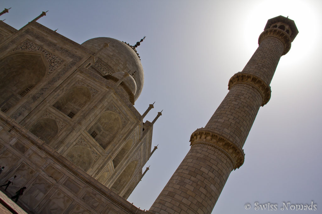 Das Minaret des Taj Mahal mit der Sonne im Hintergrund
