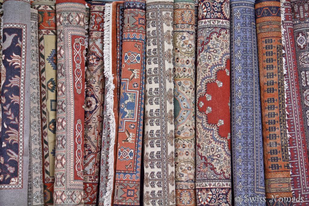 Riesige Auswahl von Teppisch im Teppichladen in Agra