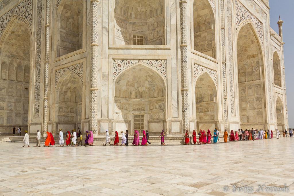 Touristenstrom am Taj Mahal in Agra
