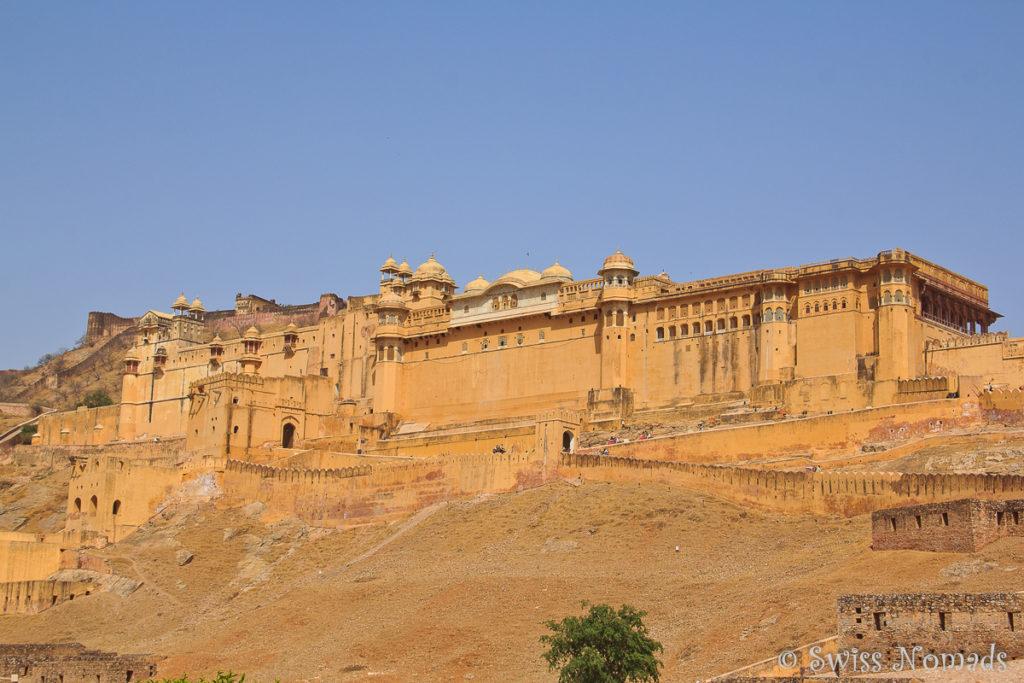 Das Amber Fort thront auf einem Hügel des Aravalli Gebirges