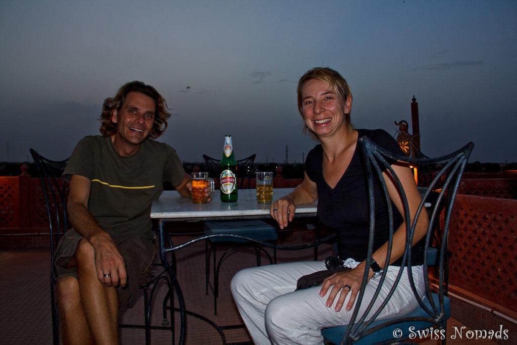 Wir geniessen das Abendessen auf der Dachterrasse unseres Hotels in Bikaner