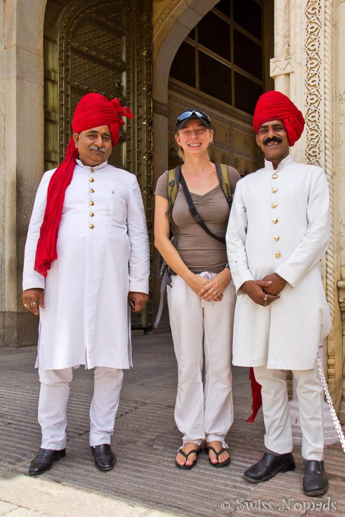 Am Eingang des City Palace in Jaipur stehen zwei Wächter in Uniform