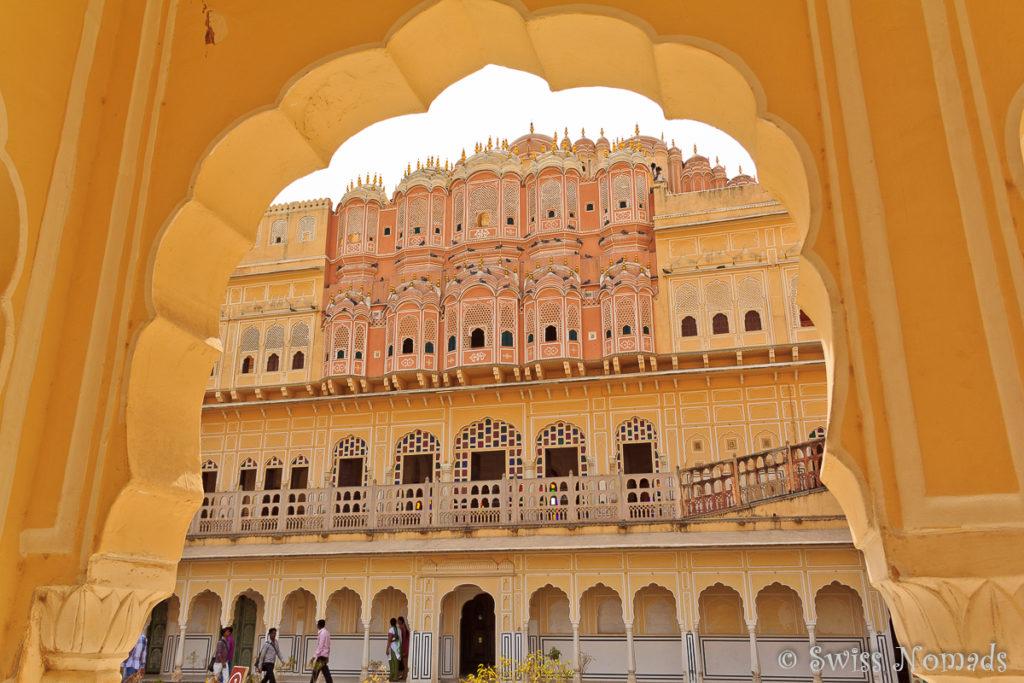 Der Eingang zum Innenhof des Hava Mahal in Jaipur