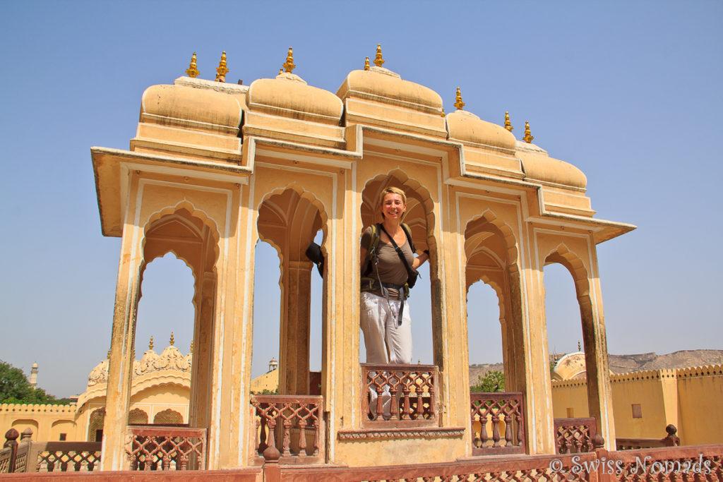 Reni posiert im Hava Mahal in Jaipur