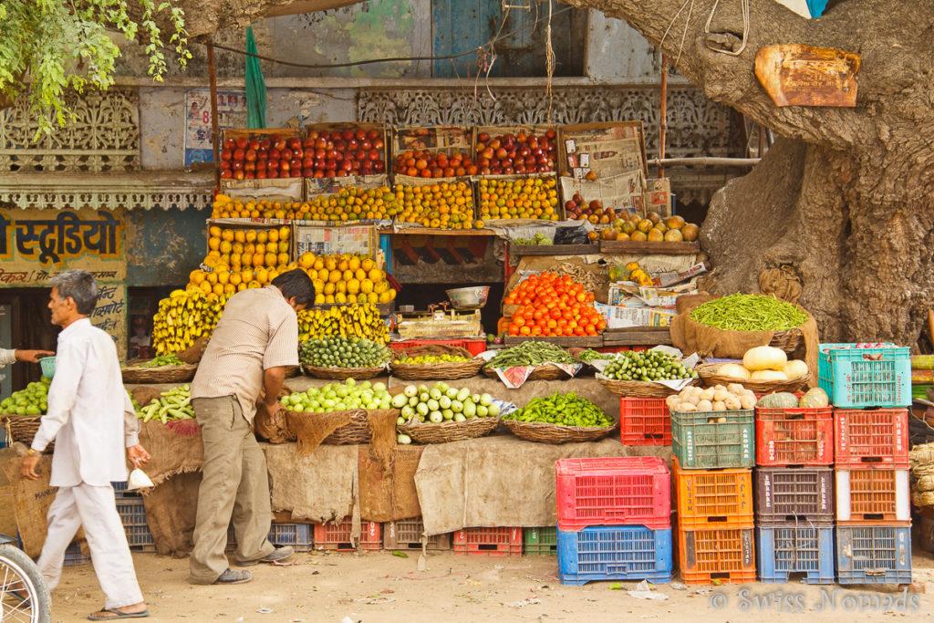 Marktstand mit Frischwaren am Strassenrand in Indien