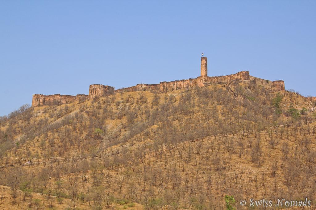 Das Jaigarh Fort liegt auf einem Hügel überhalb des Amber Forts