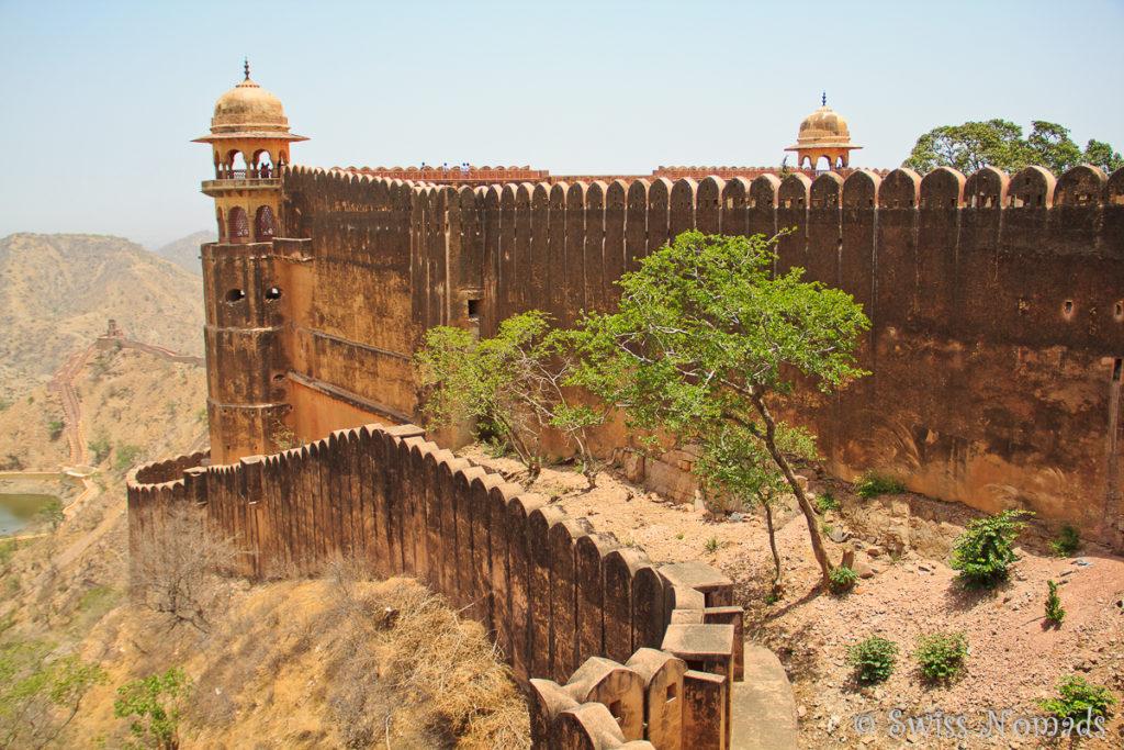 Das Jaigarh Fort ist mit einer hohen Mauer umgeben