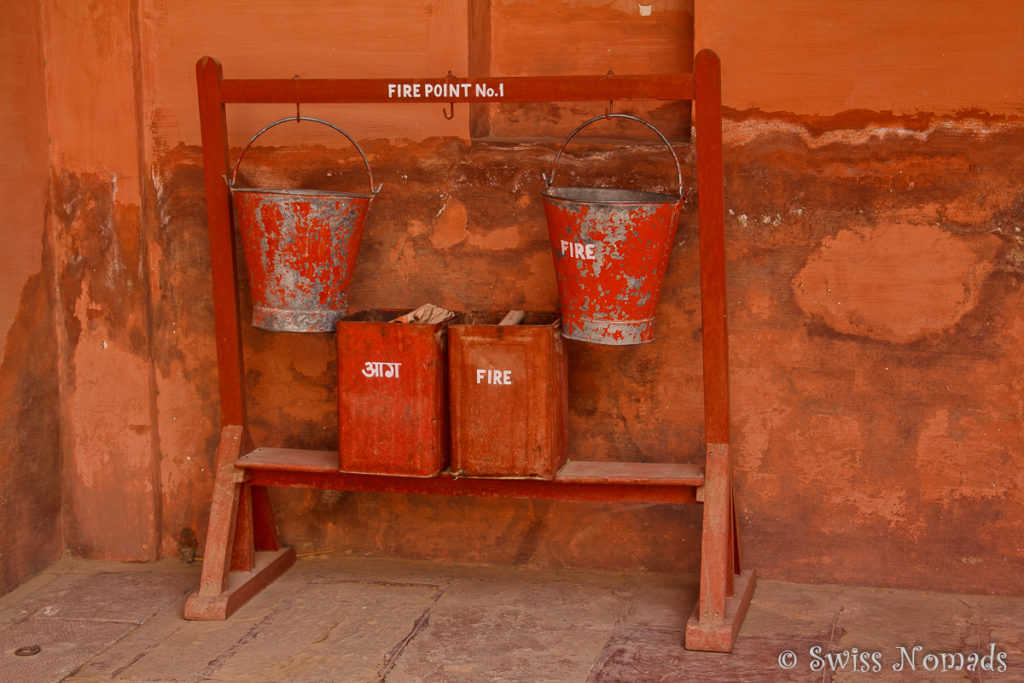 Ob diese Feuerloescher im Junagarh Fort in Bikaner im Notfall helfen