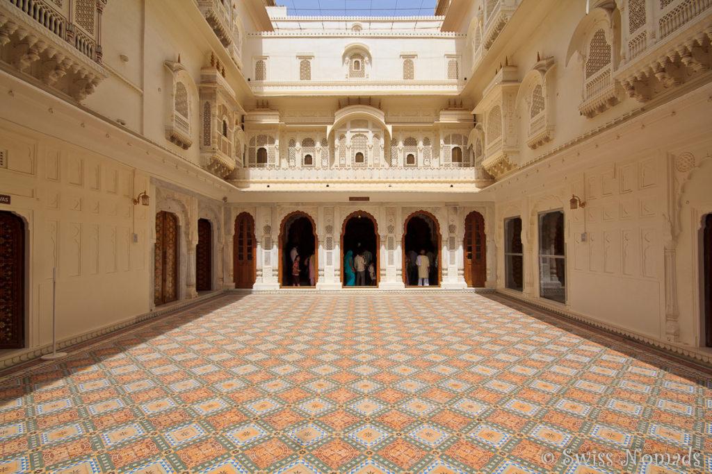 Mehere Innenhöfe sind im Junagarh Fort in Bikaner mit schönen Fliesen versehen