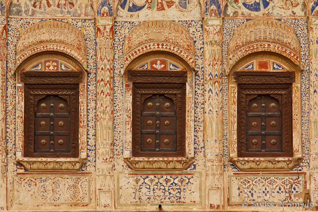 Bunte Fassaden mit Fensterläden an einem Haveli in Mandawa