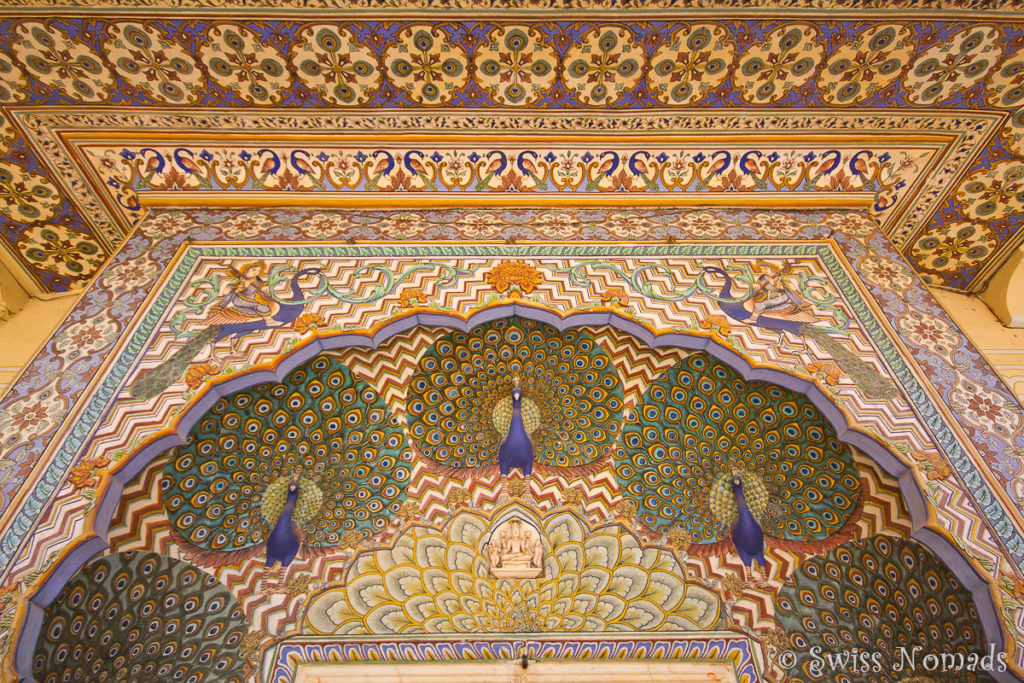 Das Pfauen Gate im Chandra Mahal des City Palace in Jaipur