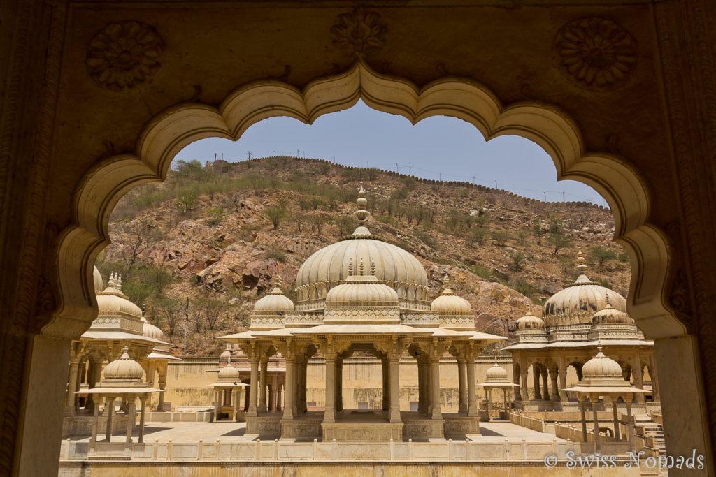 Das Royal Gaitor in Jaipur besteht aus vielen Ehrengrabmählern