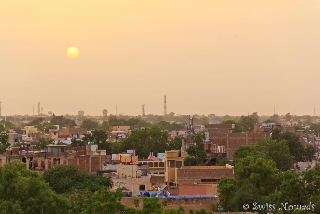 Von der Dachterrasse unseres Hotels geniessen wir den Sonnenuntergang über Bikaner