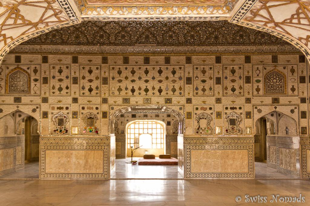 Der Spiegelpalast im Amber Fort ist mit Glas und Spiegelmosaiken verziert