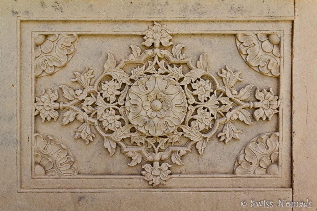Wundervolle Steinmetzarbeit im Royal Gaitor in Jaipur