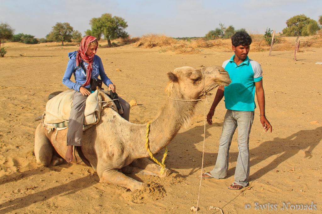 Absteigen vom Kamel in der Thar Wüste