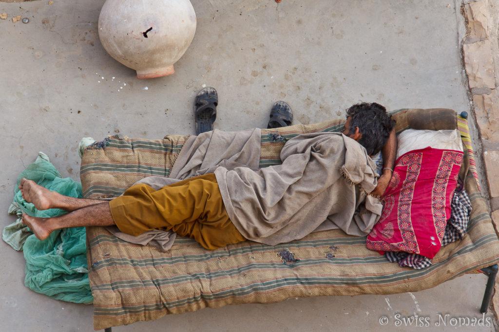 Inder in seinem Bett auf dem Dach in Jaisalmer
