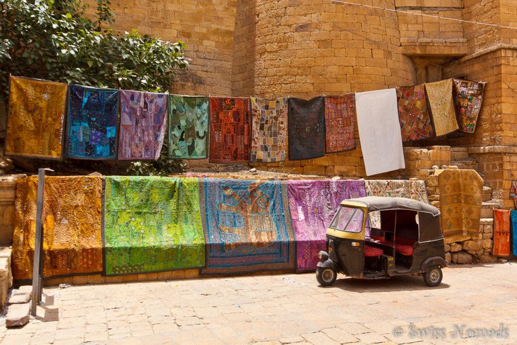 Beim eingang zum Fort von Jaisalmer werden bunte Tücher angeboten