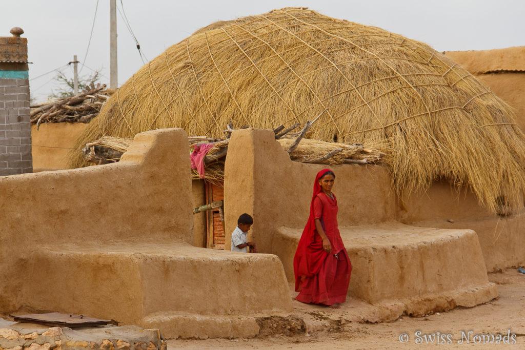 Frau mit buntem Kleid in der Thar Wüste in Rajasthan