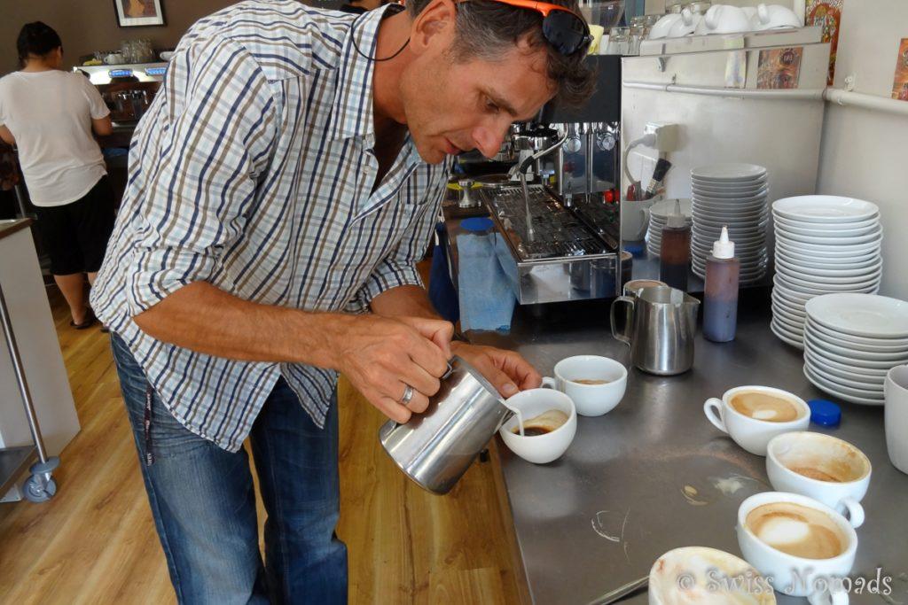 Marcel lernt im Barist Kurs in Fremantle wie man einen leckeren Cappuccino zubereitet