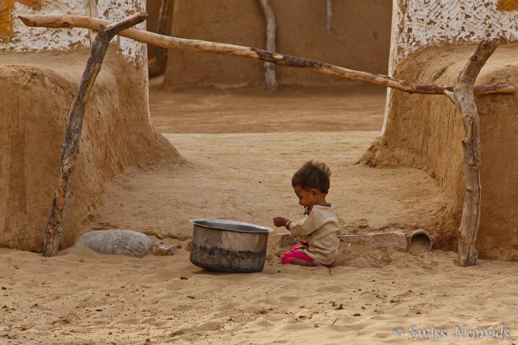 Ein Kind beim spielen in der Thar Wüste in Rajasthan