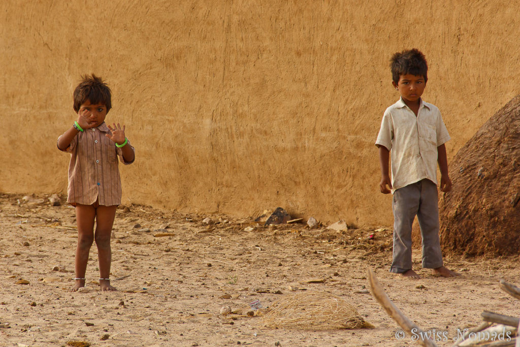 Kinder in der Thar Wüste in Rajasthan