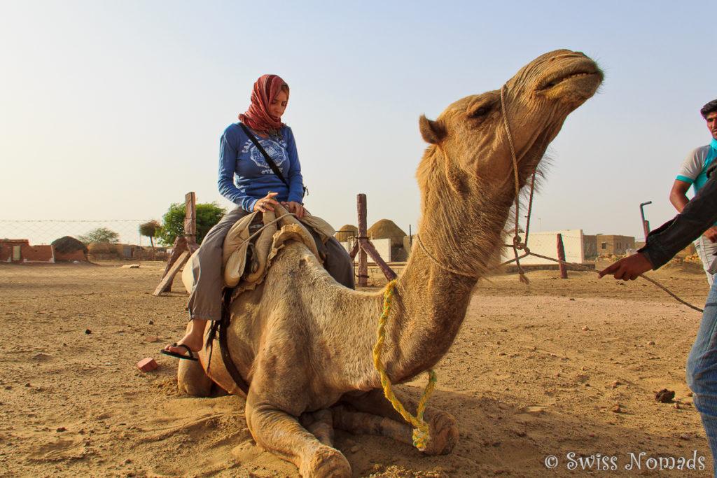 Reni auf dem Kamel in der Thar Wüste in Rajasthan