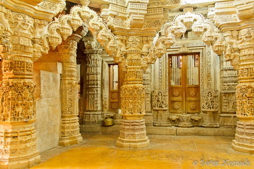 Die wunderschönen Säulen im Jain Tempel in Jaisalmer