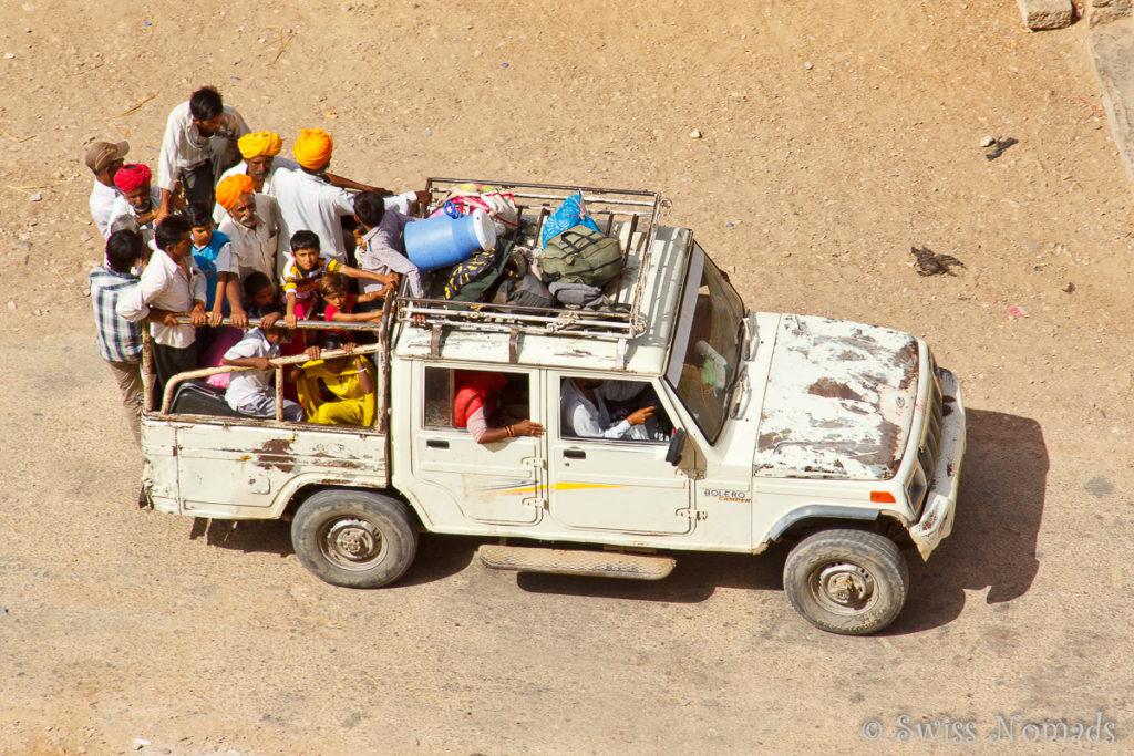 Ein voll beladenes Fahrzeug in Jaisalmer
