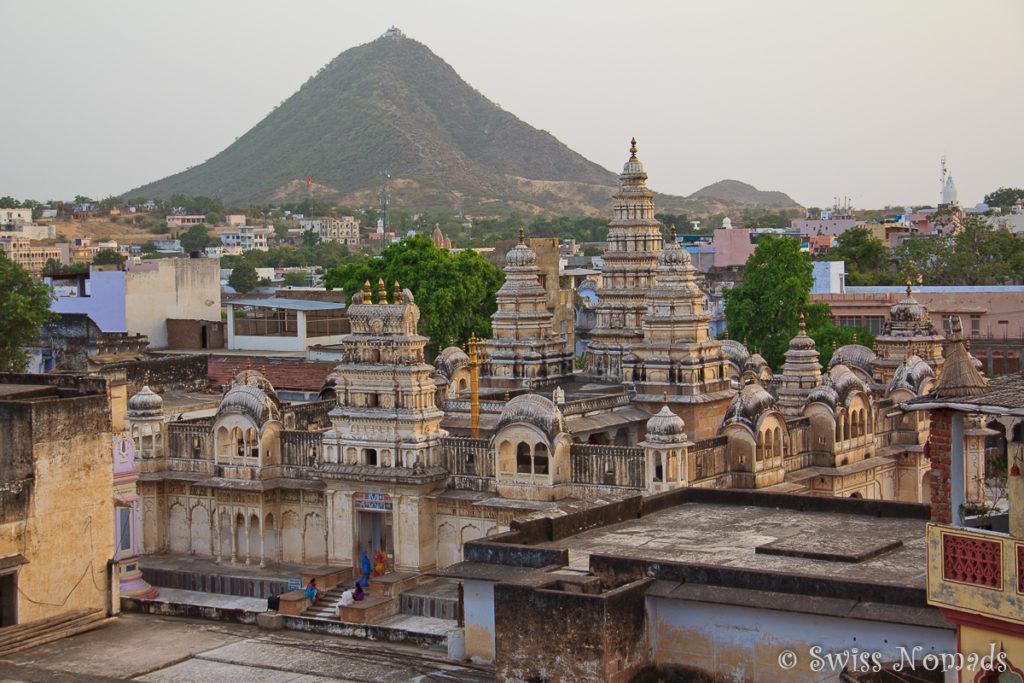 Blick über die heilige Stadt Pushkar mit umliegenden Hügeln