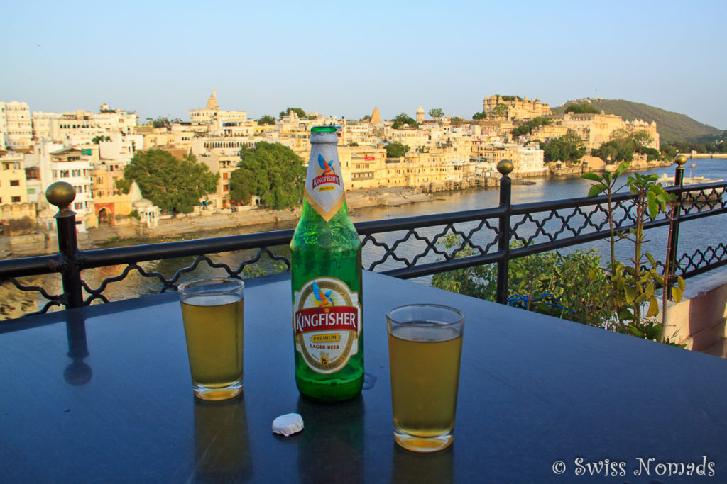 Ein kühles Kingfisher Bier mit Aussicht auf Udaipur