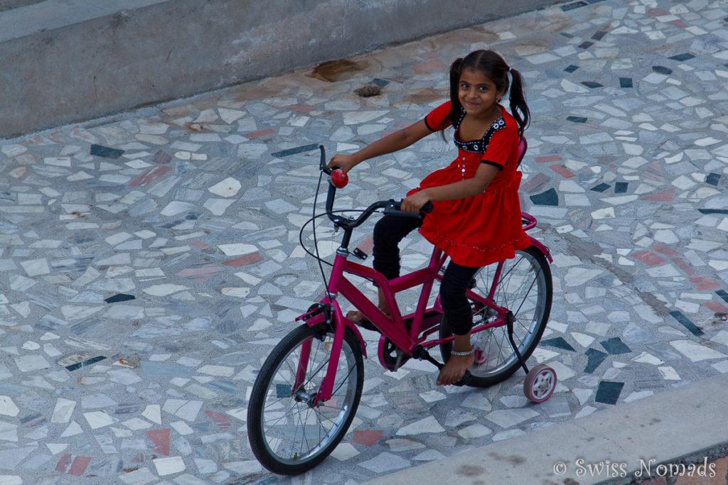 Ein Indisches Mädchen auf der Dachterrasse in Jodhpur