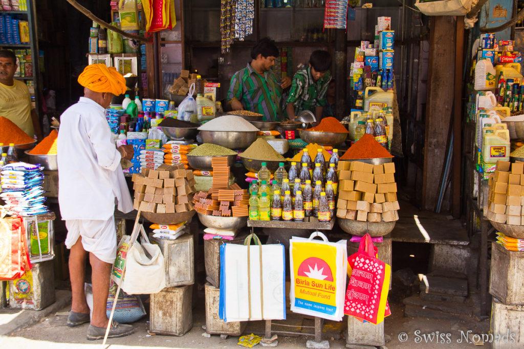 Farbenfroher Marktstand am Markt von Udaipur