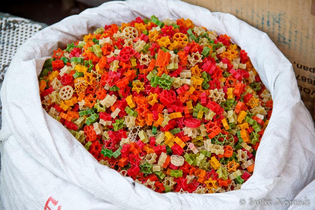 Auf dem Markt von Udailur werden auch farbige Pasta angeboten