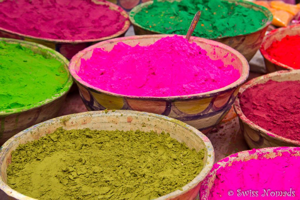 Am Markt von Pushkar werden Farbpulver angeboten