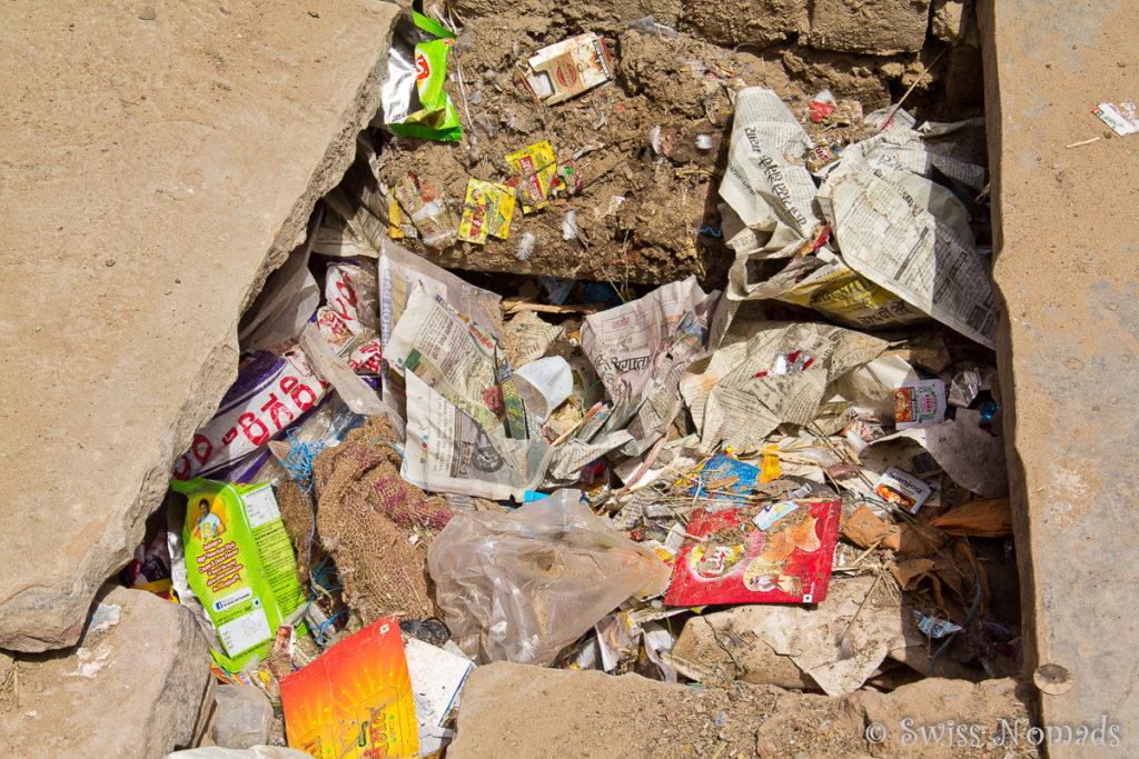 Müll in den Kanälen der heiligen Stadt Pushkar
