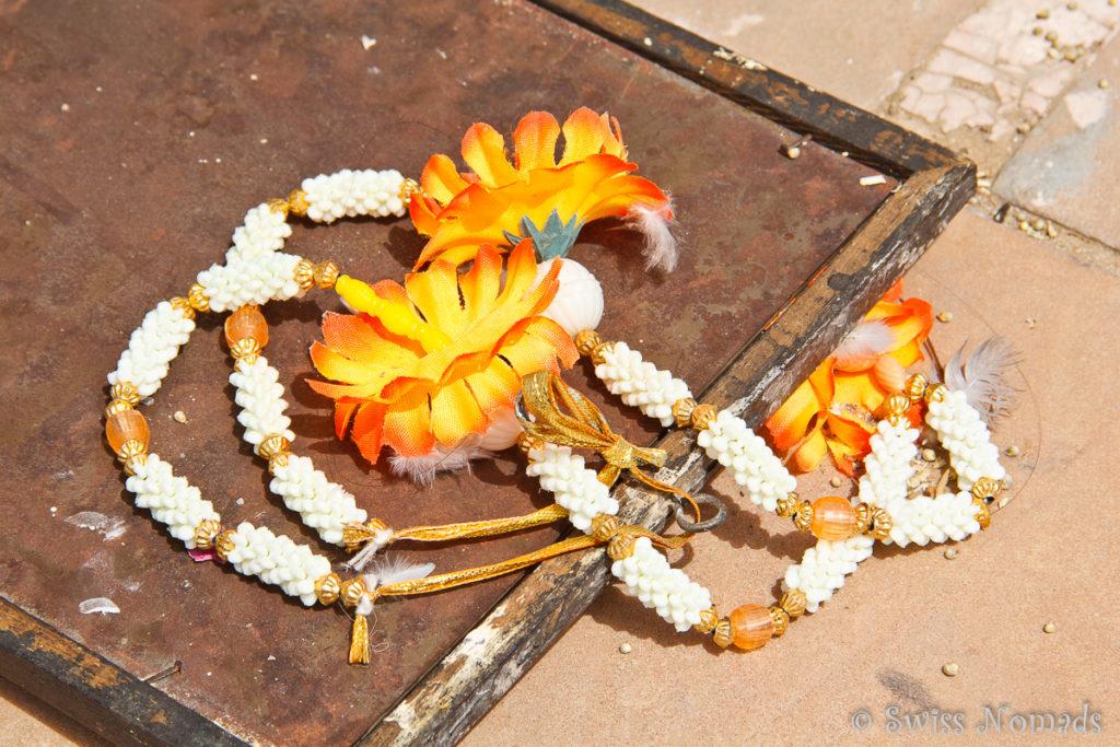 Rund um den heiligen Pushkar See werden Opfergaben niedergelegt
