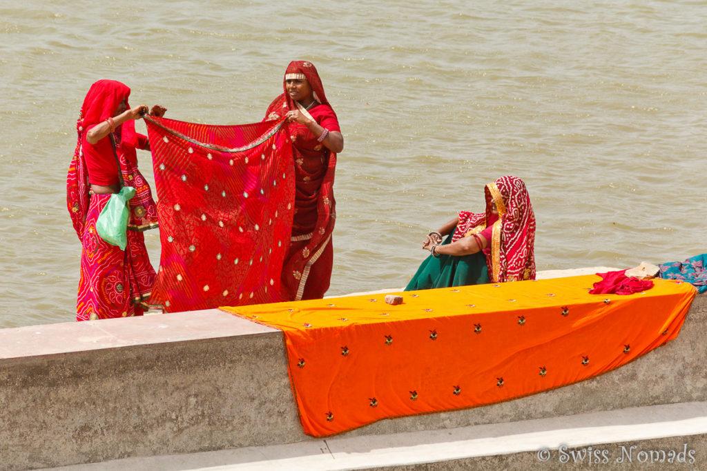 Im heiligen See von Pushkar werden farbige Stoffe gewaschen