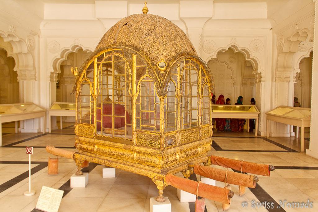 Eine goldene Sänfte im Mehrangarh Fort in Jodhpur