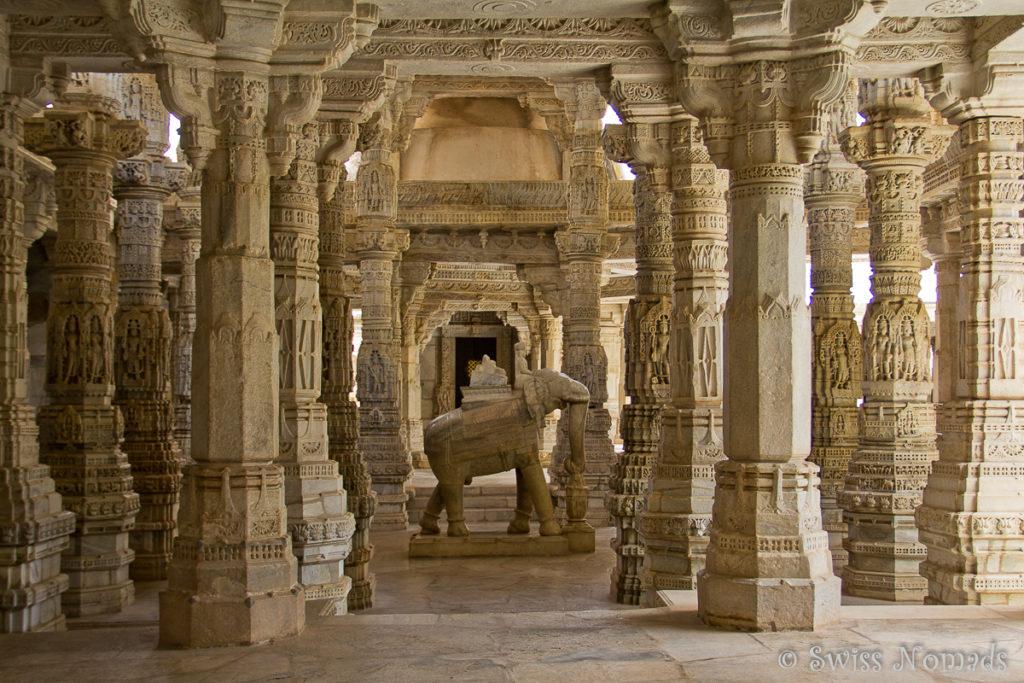 Wundervolle Säulen im Adinatha Jain Tempel in Ranakpur