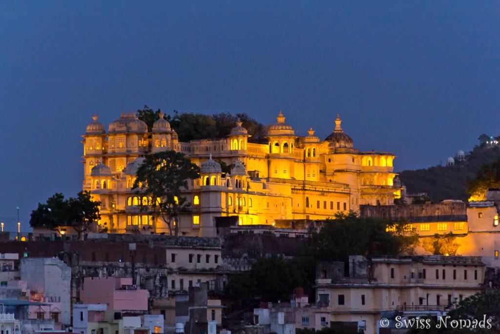 Der prächtige Stadtpalast von Udaipur bei Nacht