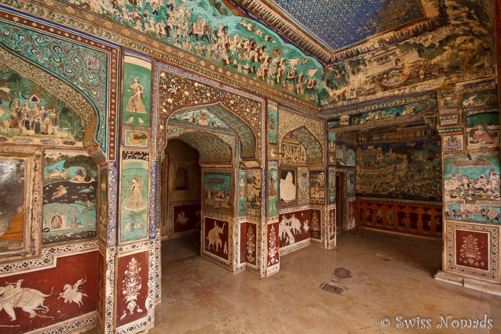 Ein üppig bemaltes Zimmer im Taragarh Fort in Bundi