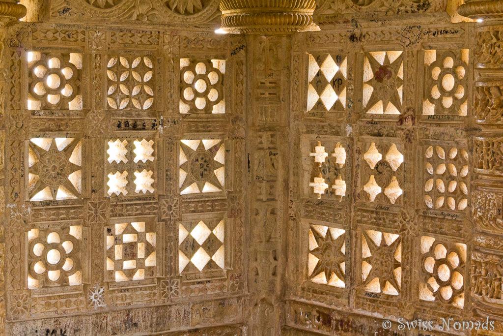 Wundervolle Steinmetz Arbeiten im Tower of Victory im Chittorgarh Fort