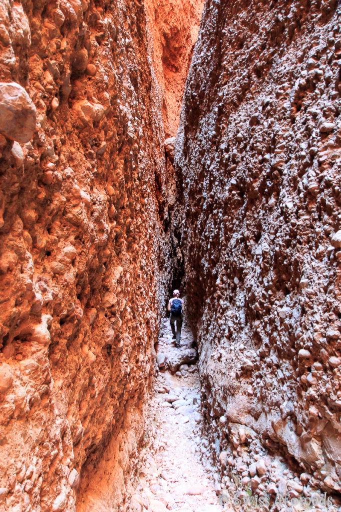 Die Echidna Chasm Wanderung führt immer tiefer in die Schlucht