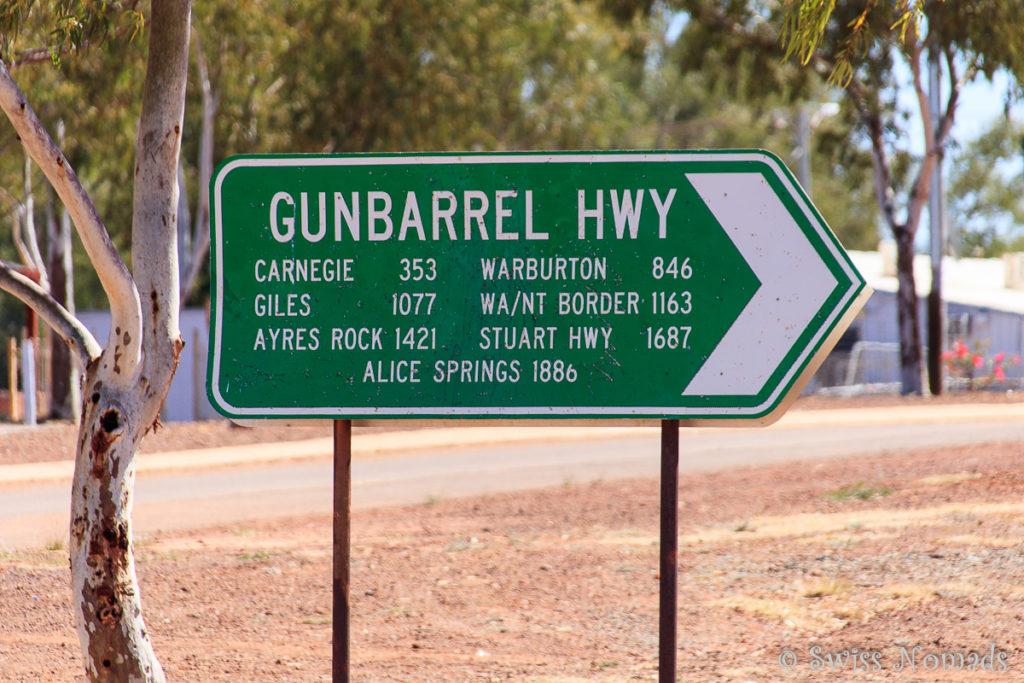 Das Strassenschild in Wiluna mit Distanzangaben des Gunbarrel Highway