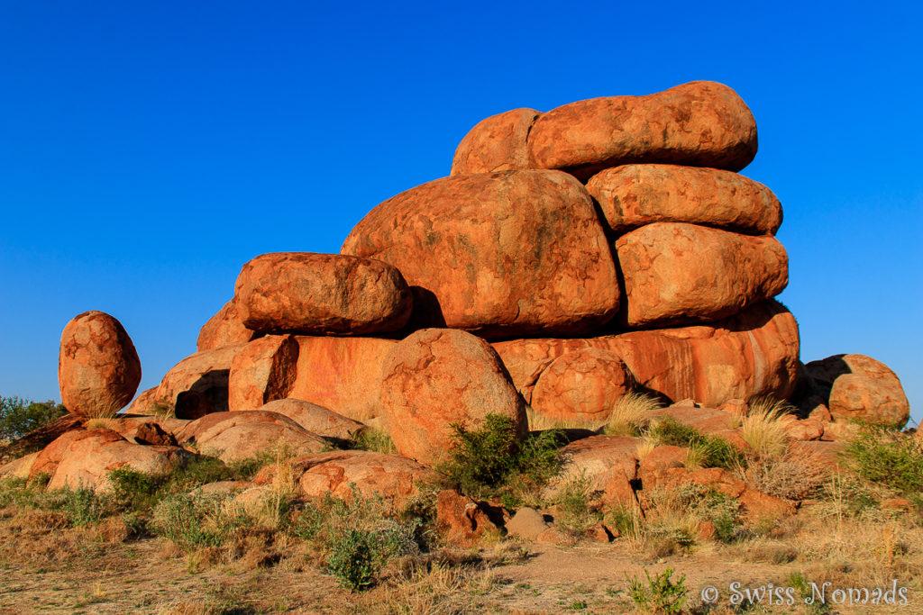 Wie von Menschenhand aufeinandergestapelte Felsen der Devils Marbles
