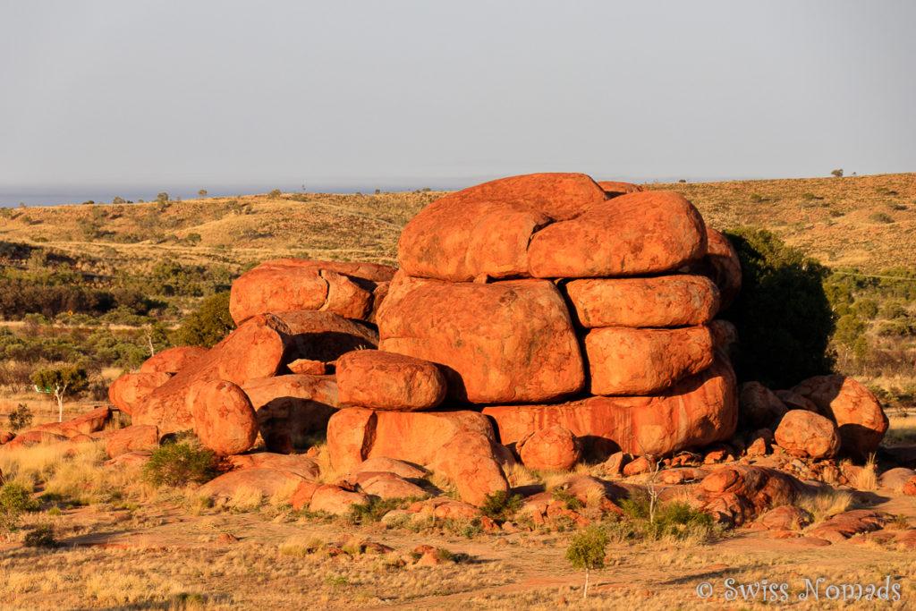 Die Aussicht bei Sonnenaufgang über die Felsen der Devils Marbles